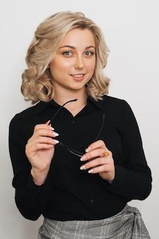 Retrato de uma menina loira em um fundo cinza