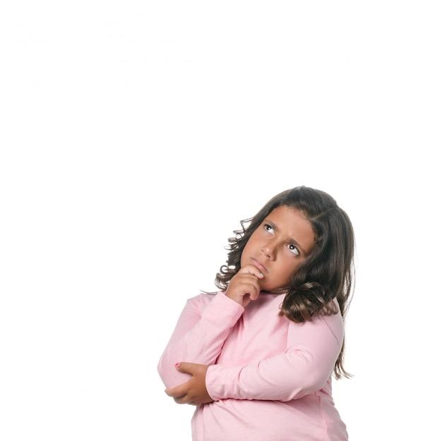 Retrato de uma menina loira pensativa sobre fundo branco