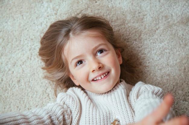Retrato de uma menina loira tendo