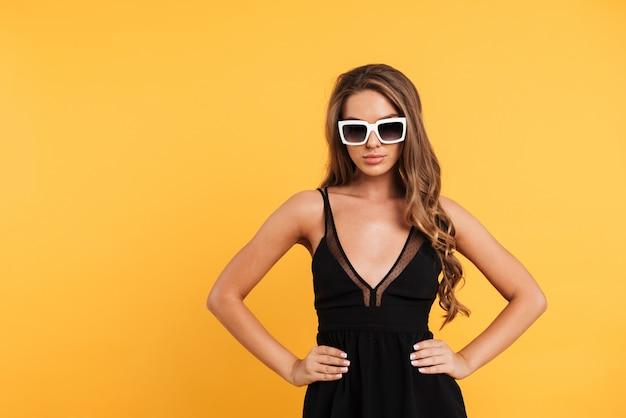 Retrato de uma menina muito confiante de vestido preto