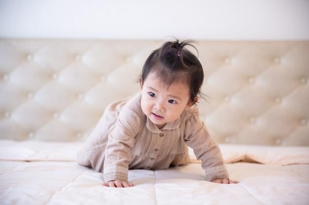 Retrato de uma menina na cama no quarto