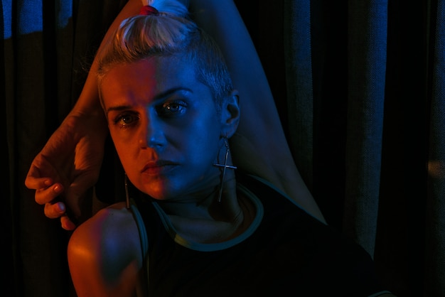 Retrato de uma menina na luz de neon