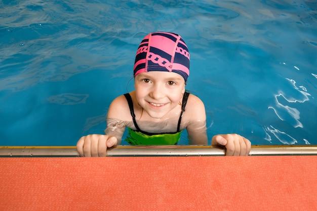 Retrato de uma menina na piscina coberta