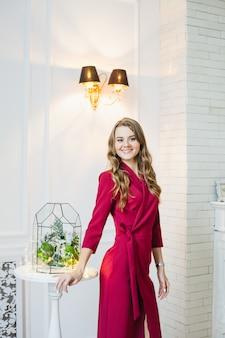 Retrato de uma menina no interior, florários no interior, soluções interiores, negócios e casa
