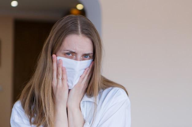 Retrato de uma menina que cobriu o rosto com uma máscara.