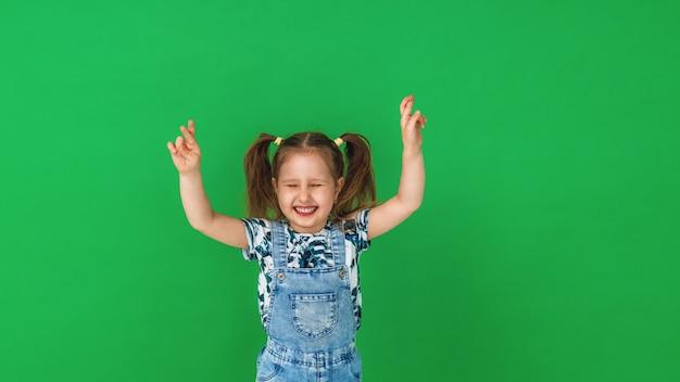 Retrato de uma menina que cruzou os dedos e desejou boa sorte
