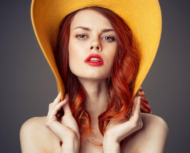 Retrato de uma menina ruiva linda em um chapéu laranja