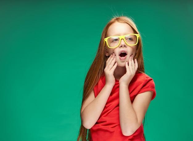 Retrato de uma menina ruiva no estúdio