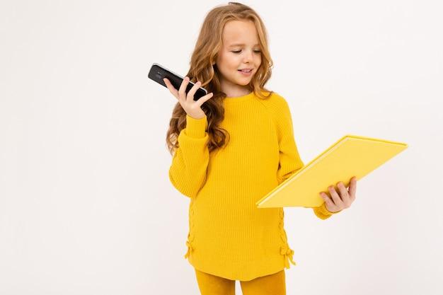 Retrato de uma menina segurando um papel em branco e um telefone em branco.