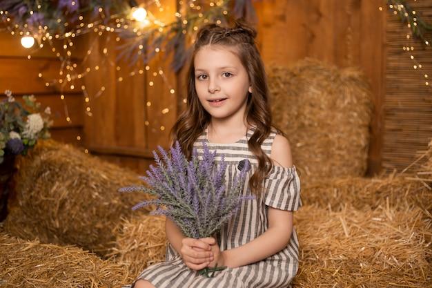 Retrato, de, uma menina, sentando, em, feixes palha, em, fazenda, vestido