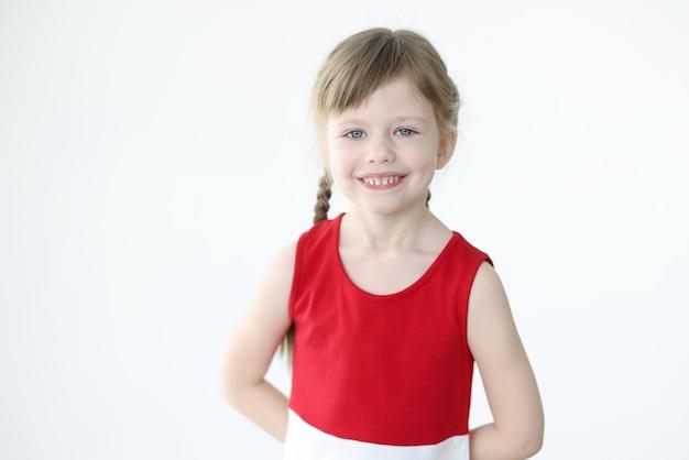 Retrato de uma menina sorridente com cabelo loiro