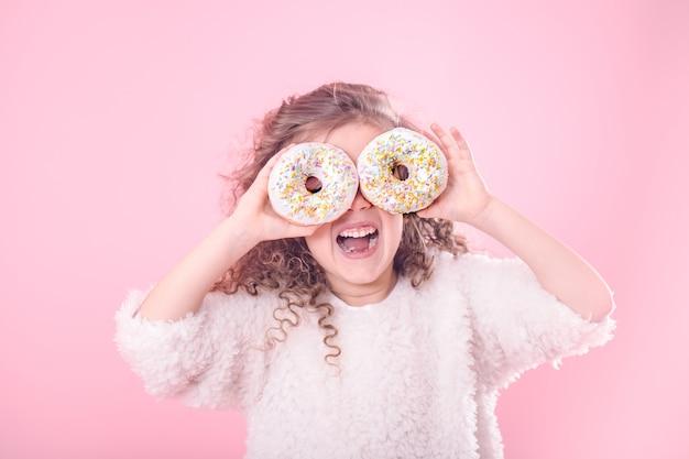Retrato de uma menina sorridente com donuts