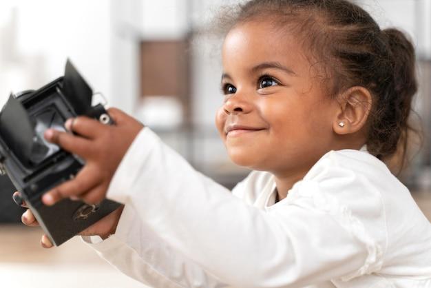 Retrato de uma menina sorridente em casa