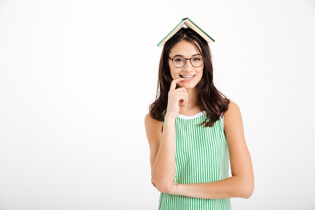 Retrato de uma menina sorridente em vestido e óculos