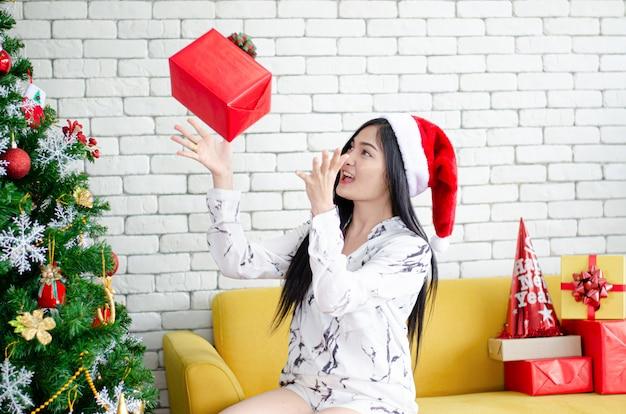 Retrato de uma menina sorridente feliz e uma caixa de presente