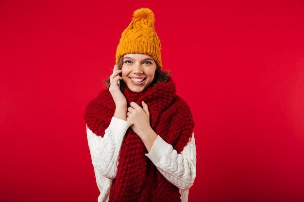 Retrato de uma menina sorridente, vestido com chapéu de inverno