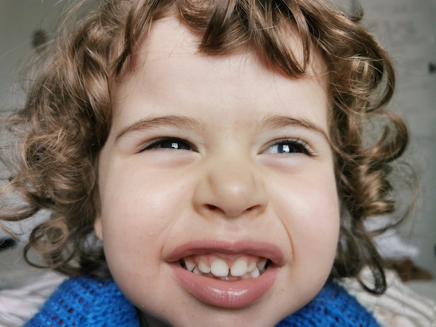 Retrato de uma menina sorrindo para a câmera.