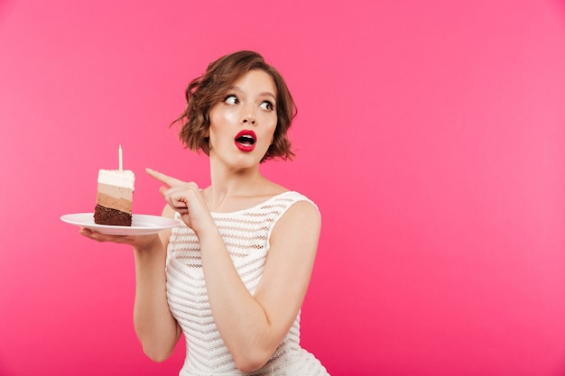 Retrato de uma menina surpresa, segurando o prato