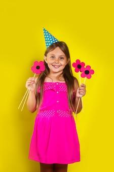 Retrato de uma menina usando um chapéu de festa em seu aniversário