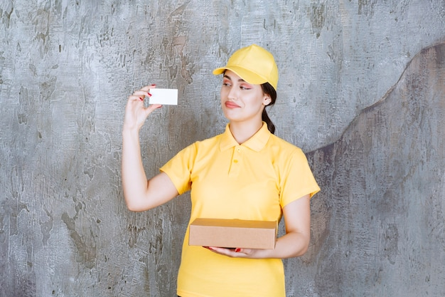Retrato de uma mensageira segurando um cartão com uma caixa de papelão
