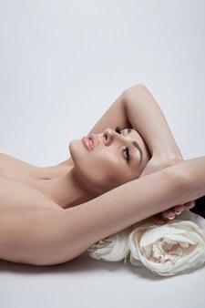 Retrato de uma moda mulher deitada sem camisa