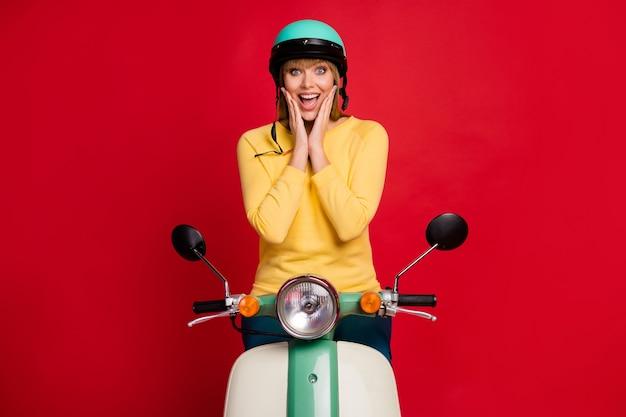 Retrato de uma motocicleta louca e divertida impressionada com mãos nas bochechas