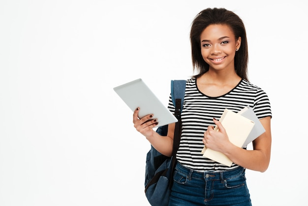 Retrato de uma mulher adolescente com mochila segurando o tablet pc