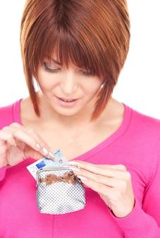 Retrato de uma mulher adorável com bolsa e dinheiro