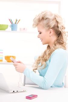 Retrato de uma mulher adorável com calculadora e computador