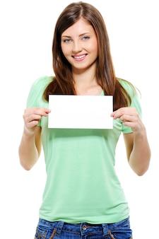 Retrato de uma mulher adulta jovem e atraente segurando um cartão em branco