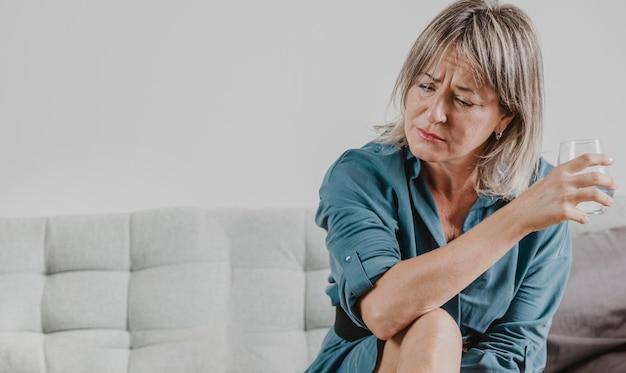 Retrato de uma mulher adulta lutando contra a depressão
