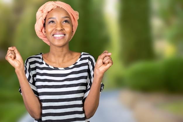 Retrato de uma mulher africana alegre