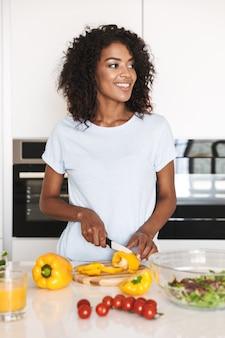 Retrato de uma mulher afro-americana feliz