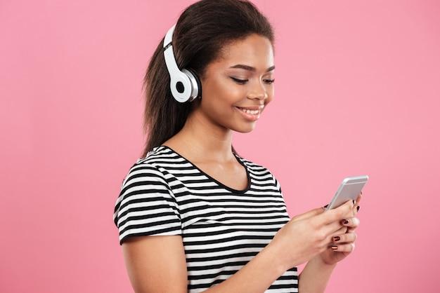 Retrato de uma mulher afro-americana relaxada em fones de ouvido