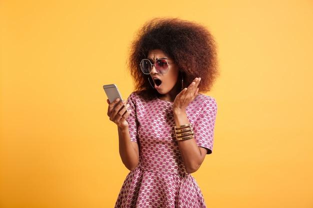Retrato de uma mulher afro-americana surpresa chocada