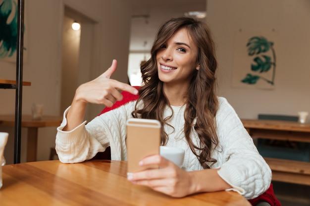 Retrato de uma mulher alegre, apontando o dedo