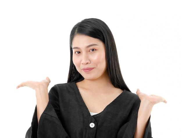 Retrato de uma mulher alegre com as mãos ao alto perto do ombro, isolado no fundo branco