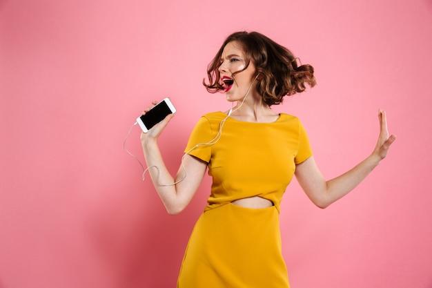 Retrato de uma mulher alegre de vestido e maquiagem