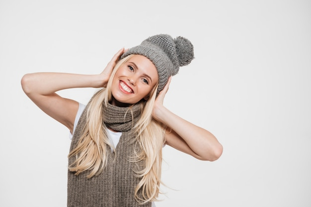 Retrato de uma mulher alegre e feliz no chapéu do inverno