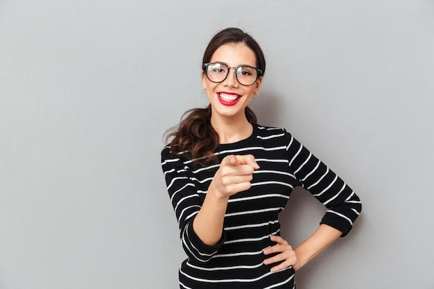 Retrato de uma mulher alegre em óculos