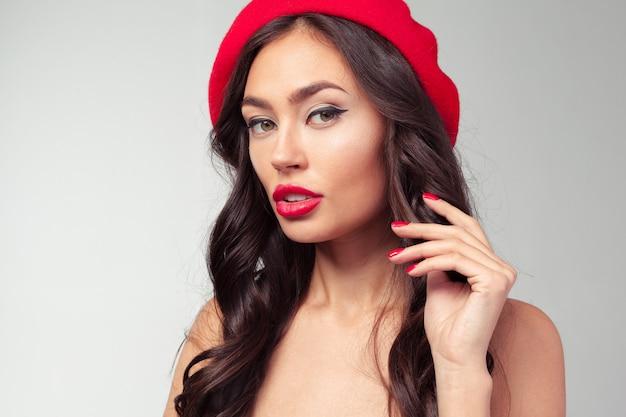 Retrato de uma mulher alegre, vestindo boina vermelha