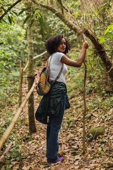 Retrato de uma mulher alpinista na selva. mulher morena no caminho da selva. conceito de turismo e natureza.