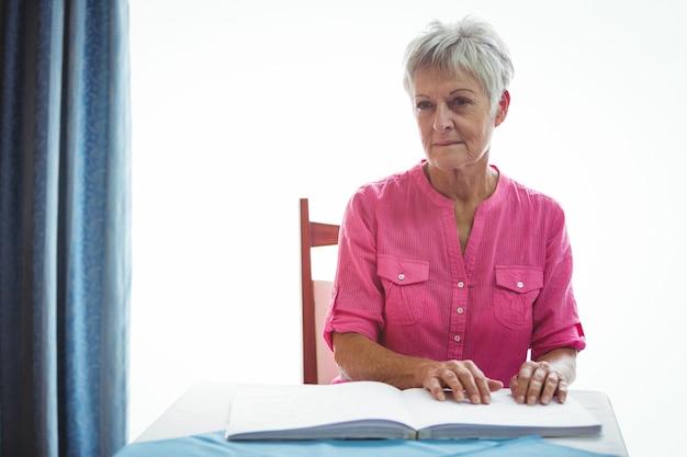 Retrato de uma mulher aposentada preocupada