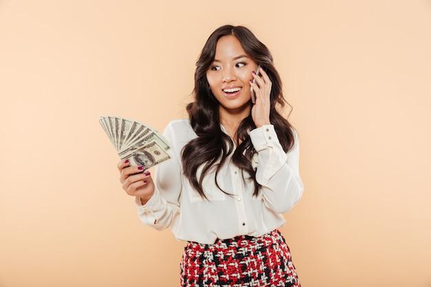 Retrato de uma mulher asiática alegre