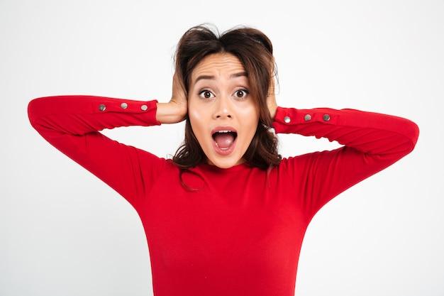 Retrato de uma mulher asiática confusa frustrada gritando