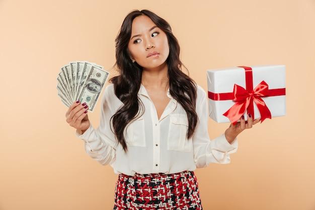 Retrato de uma mulher asiática confusa
