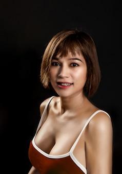 Retrato de uma mulher asiática em uma camiseta de alças