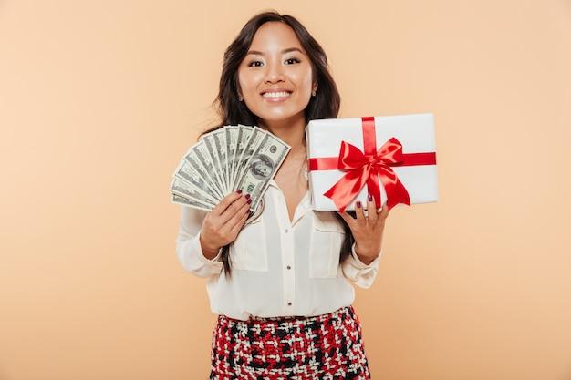Retrato de uma mulher asiática satisfeita
