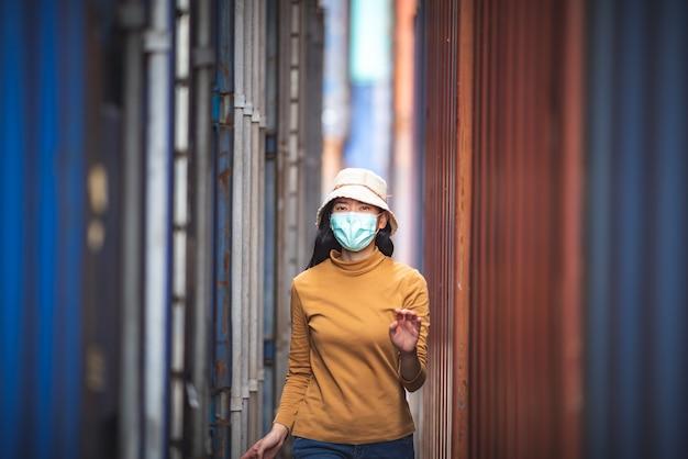 Retrato de uma mulher asiática usando uma máscara cirúrgica para prevenir a infecção pelo coronavírus covid-19.