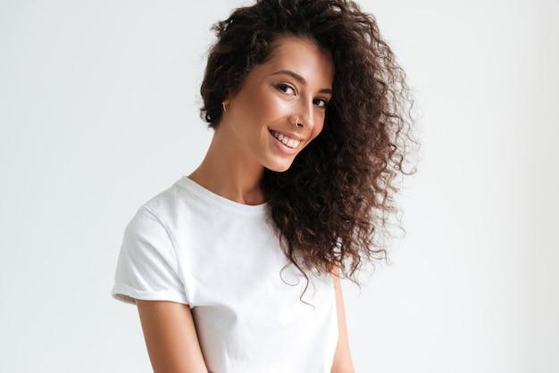 Retrato de uma mulher atraente e sorridente, olhando para a câmera